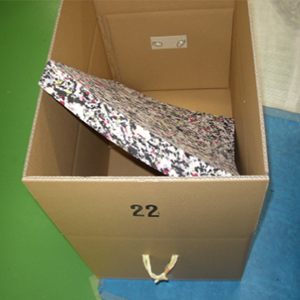 製品に対してやや大きめの段ボールを準備して段ボールの底には、緩衝材を敷き詰めてください。